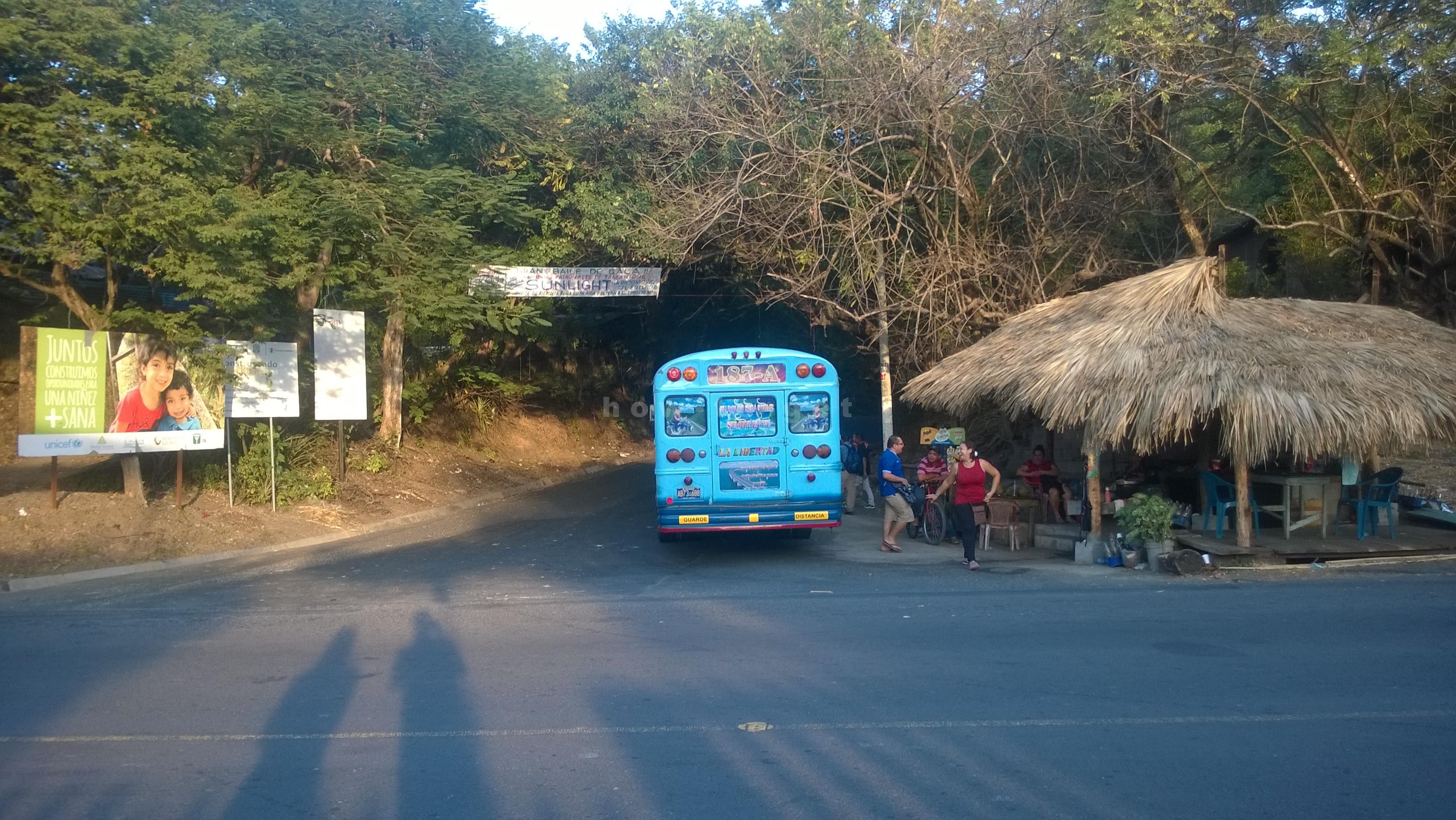 Перекресток в Эль Тунко, транспорт в сторону границы Гватемалы